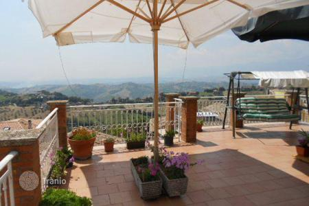 Property for sale in Atri. The 3-level apartment with 4 bedrooms and a terrace with panoramic views of the mountains and the sea, in the heart of Atri, Abruzzo, Italy