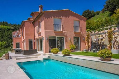 Villas and houses for rent with swimming pools in Èze. Luxury villa with panoramic sea views in the village of Eze