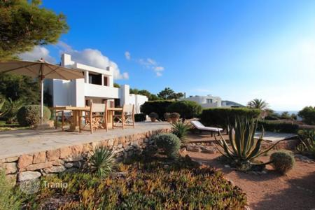 Villas and houses to rent in Sant Josep de sa Talaia. Villa with terraces overlooking the sea and islands, garden, pool and garage on the first line in a prestigious residence, in Ibiza