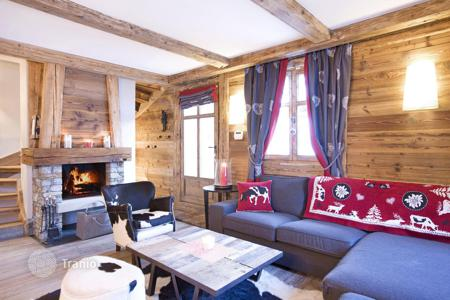 3 bedroom villas and houses to rent in Europe. New chalet with a sauna, a terrace and a fireplace, at 200 m from the slope, Courchevel, France