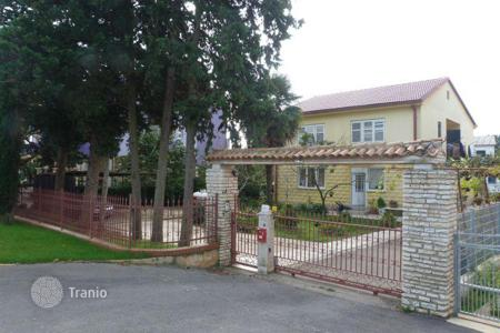 Houses with pools by the sea for sale in Medulin. Townhome – Medulin, Istria County, Croatia