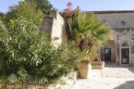 Villas and houses for rent with swimming pools in Sicily. La Palazzola