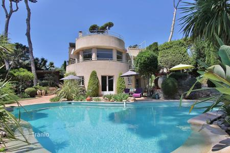 Villas and houses for rent with swimming pools in Côte d'Azur (French Riviera). Cap d'Antibes — Beautiful property to rent — Close to the sea