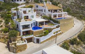 Luxury villas and houses with pools for sale in Costa Blanca. High-quality luxury villa with panoramic views, a pool and a garage in a prestigious area, Moraira, Spain