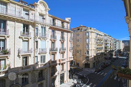 Cheap 2 bedroom apartments for sale in Côte d'Azur (French Riviera). 3 room apartment with balcony ideal pied-à-terre in the Musiciens