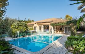 Luxury 4 bedroom houses for sale in Antibes. Cap d'Antibes — Rare one-level villa