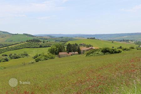 Houses for sale in Siena. Farmhouse to restore for sale in Tuscany