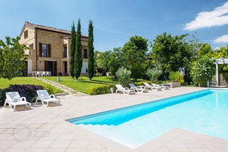Houses with pools by the sea for sale in Marche. A beautifully restored farmhouse with 7 bedrooms, an infinity pool