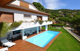 Houses with pools for sale in Cabrils. Luxury mansion with beautiful views. Cabrils, Barcelona Coast.