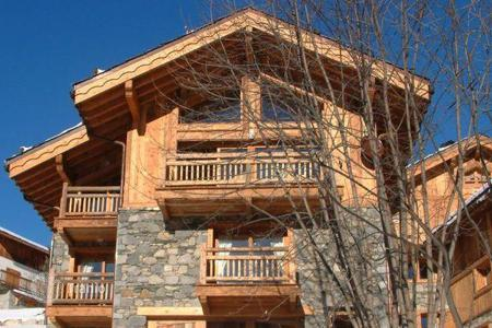 Villas and houses to rent in Méribel Village. Comfortable two-level chalet with 4 bedrooms, 4 bathrooms, living room with fireplace, kitchen and steam room, in Méribel