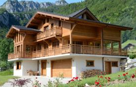 4 bedroom houses for sale in Auvergne-Rhône-Alpes. Three-storey Alpine chalet with a fireplace and balconies, next to the ski slopes, Chatel, France