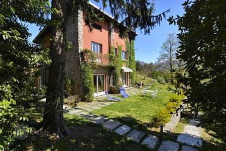 Houses with pools for sale in Menaggio. Beautiful villa with a panoramic view