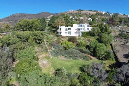 Luxury 4 bedroom houses for sale in North America. Modern house in Malibu