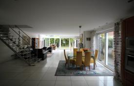 Residential for sale in North Rhine-Westphalia. Two-level villa with a winter garden and a garage in Duisburg, Bavaria, Germany
