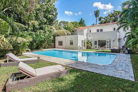 Luxury 4 bedroom houses for sale in North America. Respectable mansion with a swimming pool and private garden, in the prestigious La Gorce Island, Miami Beach, Florida