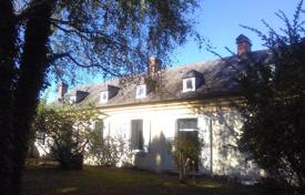 Residential for sale in Pau. Spacious villa with a garden, a swimming pool and additional buildings, in the picturesque area of Bigore, Pau, France