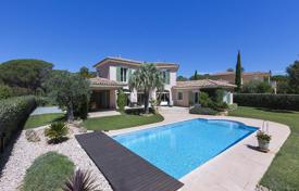 Luxury property for sale in Saint-Raphaël. Villa with a garden, a swimming pool and a garage, Saint Raphaël, Côte d'Azur, France