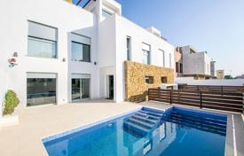 Townhouses for sale in Spain. Three-level townhouse with a swimming pool, a solarium and a parking in Aguas Nuevas, Torrevieja