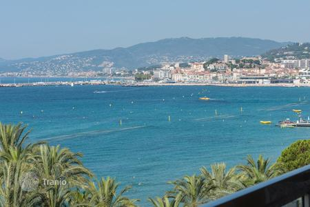 Luxury 2 bedroom apartments for sale in Côte d'Azur (French Riviera). Cannes — Croisette — Apartment with a large terrace