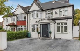Property for sale in London. Renovated house with a garden and a terrace, London, United Kingdom