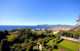 Apartments with pools for sale in Cannes. Unique apartment with a spacious terrace, in an elite residential complex with a swimming pool and a tennis court, Cannes, France