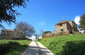 Residential for sale in San Lorenzo Nuovo. Lakeside Farmhouses in need of renovation for sale in Lazio, Lake Bolsena