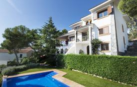 Houses with pools by the sea for sale in Costa Brava. Spacious villa with a pool, terraces and a garden, overlooking the sea, 500 meters from the beach, Castell Platja d'Aro, Spain