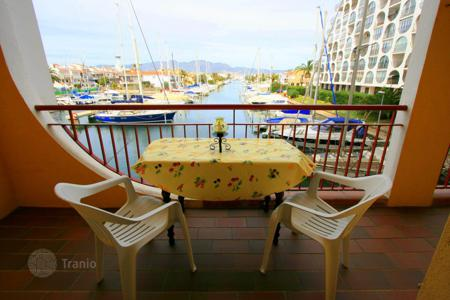 Coastal apartments for sale in Costa Brava. Very beautiful apartment with 3 bedrooms and 2 balconies near the fantastic beache of Empuriabrava