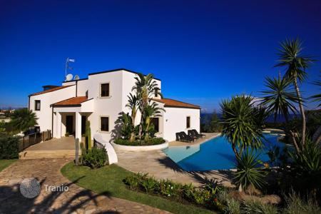 Coastal property for sale in Brucoli. Luxury villa on the sea with swimming pool in Sicily