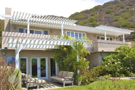 Luxury 4 bedroom houses for sale in North America. Cottage in Malibu