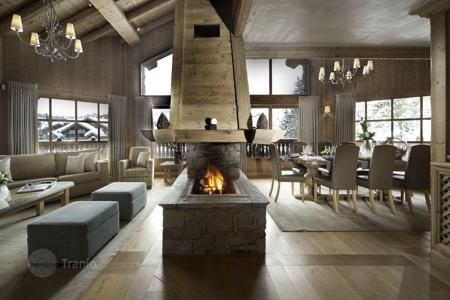 6 bedroom villas and houses to rent in Auvergne-Rhône-Alpes. Chalet with a gym, a billiards and balconies, at 50 meters from the slope, Courchevel, France