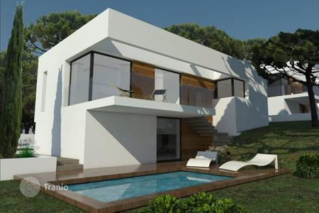 Houses with pools for sale in Catalonia. The project of a modern house, just 140 meters from the sea and the beach, with pool and garden, L 'Escala, Spain