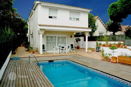 Houses with pools for sale in El Masnou. Villa – El Masnou, Catalonia, Spain