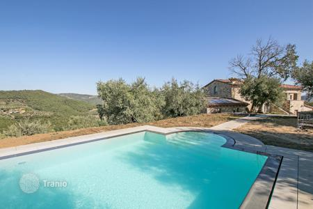Houses with pools for sale in Umbria. Historic estate with two entrances, a large garden, a swimming pool and panoramic views, Perugia. Possibility to use as a small hotel