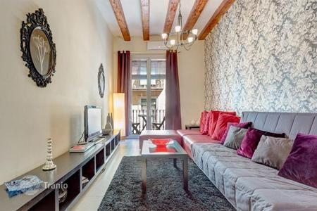 5 bedroom apartments for sale in Barcelona. Five-bedroom flat with two balconies