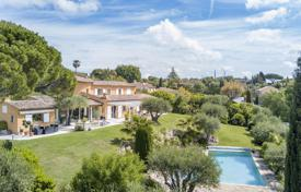 Luxury 4 bedroom houses for sale in Mougins. Villa with a private garden, a pool, a garage and a sea view, Mougins, France