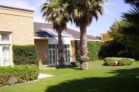 4 bedroom houses for sale in Cascais. Beautiful villa with garden and pool in Cascais, Portugal