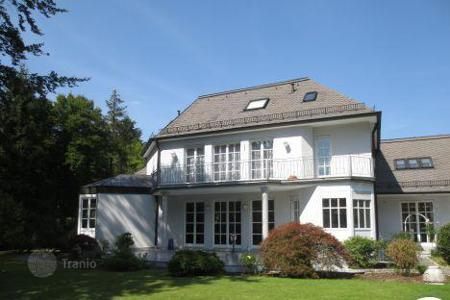 4 bedroom houses for sale in Munich. Presentable villa near Grunwald forest
