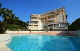 Apartments with pools for sale in Antibes. 2 bedroom apartment — Cap d'Antibes — Swimming pool