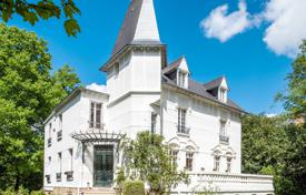 6 bedroom houses for sale in Ile-de-France. Saint-Germain-en-Laye — Near the international school