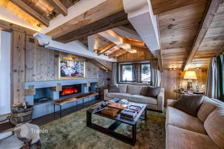 6 bedroom villas and houses to rent in Auvergne-Rhône-Alpes. Presentable chalet in Courchevel, France. Terrace, jacuzzi, sauna, swimming pool, hammam, panoramic mountain view