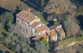 Houses for sale in Buonconvento. Traditional three-storey villa with a pool in Buonconvento, Tuscany, Italy