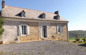 Residential for sale in Occitanie. Historical villa with a spacious garden, two outbuildings and mountain views, 17 minutes drive from Tarbes, Hautes-Pyrénées, France