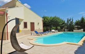 3 bedroom houses for sale in Sicily. Furnished villa with swimming pool, garden and a large plot near the beach in Pozzallo, Sicily