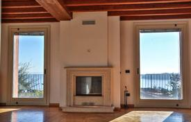 4 bedroom houses for sale in Veneto. Villa with stunning lake view in Italy