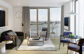 Property for sale in Western Europe. Spacious apartment overlooking the Thames in a residence with a garden and a sports club, London, Great Britain