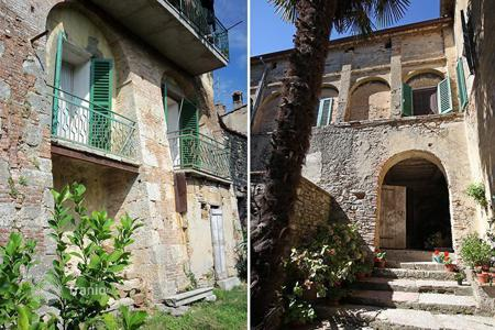 Residential for sale in San Casciano dei Bagni. Property for sale situated in the historic centre with a garden-In San Casciano dei Bagni