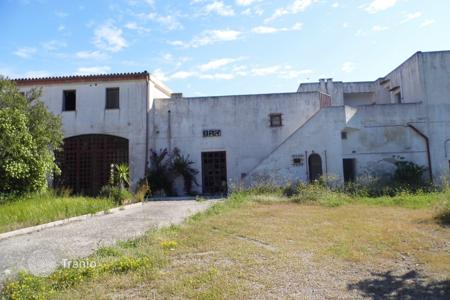 Coastal houses for sale in Apulia. Estate with a garden and a sea view, at 1 km from the beach, Presicce, Italy. Can be used as a hotel