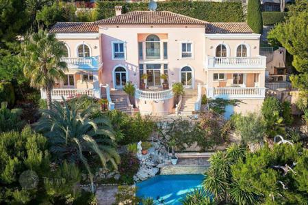 5 bedroom houses for sale in Villefranche-sur-Mer. Villa in classic style with a panoramic view of the sea, the peninsula of Cap Ferrat in Villefranche sur Mer
