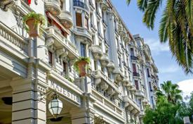 Luxury 3 bedroom apartments for sale in Côte d'Azur (French Riviera). MAJESTIC — Top floor — large balconies